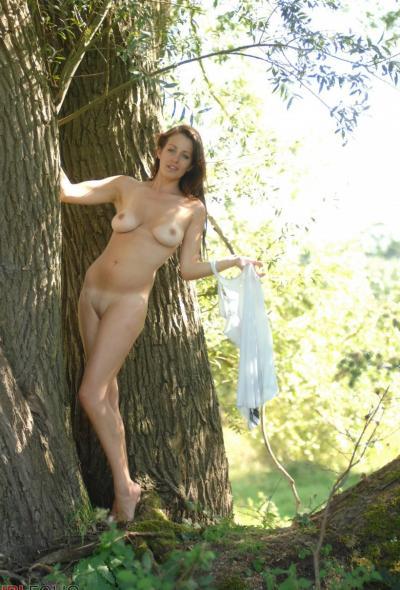 Рыжая голая девушка в лесу 12 фото