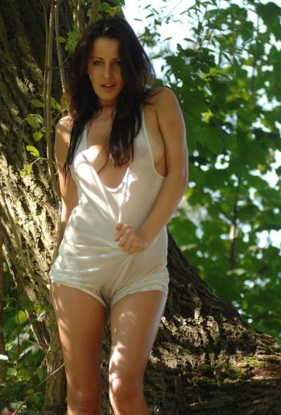Рыжая голая девушка в лесу 3 фото