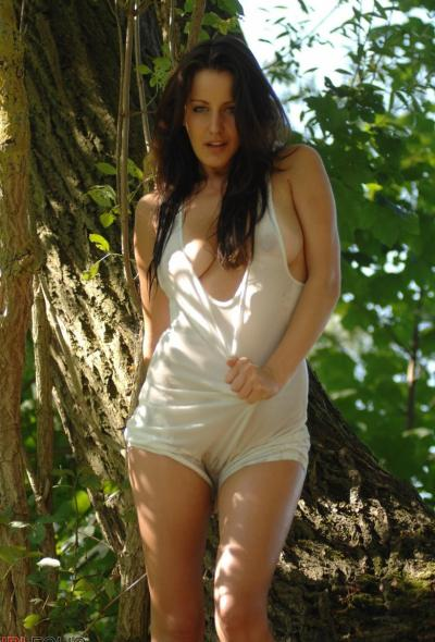 Рыжая голая девушка в лесу 4 фото