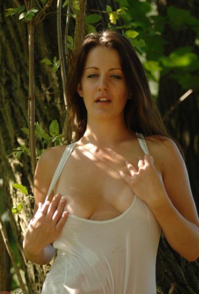 Рыжая голая девушка в лесу 5 фото