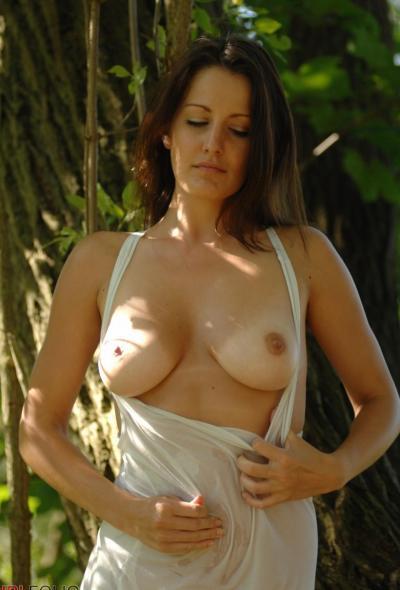 Рыжая голая девушка в лесу 6 фото