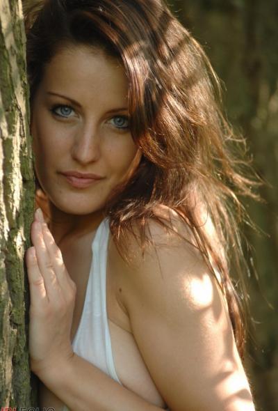 Рыжая голая девушка в лесу 8 фото