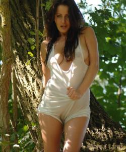 Рыжая голая девушка в лесу