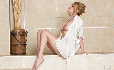 Красивая влажная блондинка в душе 5 фото