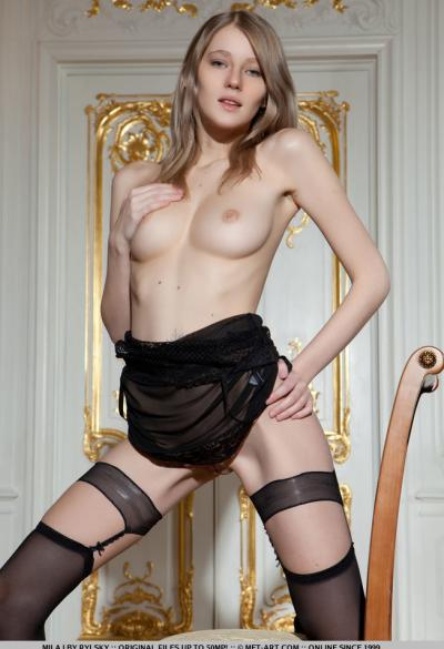 Молоденькая девушка в сексуальной одежде 5 фото