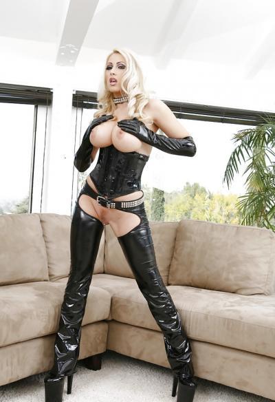 Сисястая блондинка в черном латексе 1 фото