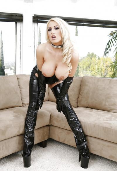 Сисястая блондинка в черном латексе 2 фото