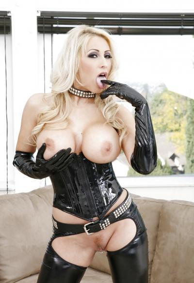 Сисястая блондинка в черном латексе 3 фото
