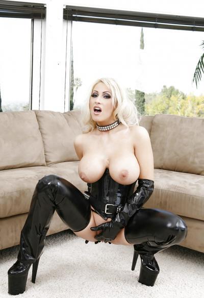 Сисястая блондинка в черном латексе 5 фото