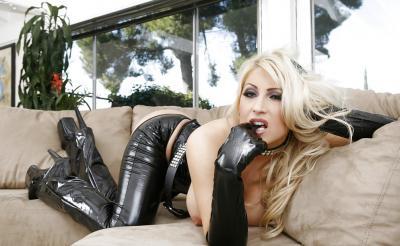 Сисястая блондинка в черном латексе 6 фото