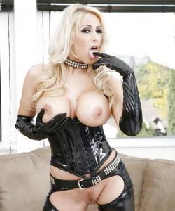 Сисястая блондинка в черном латексе