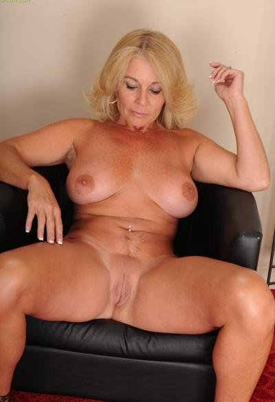 Зрелая блондинка с висячими большими сиськами 10 фото