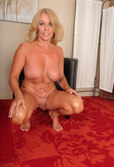Зрелая блондинка с висячими большими сиськами 15 фото