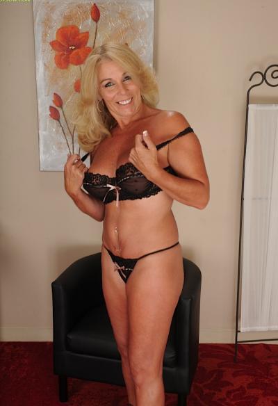 Зрелая блондинка с висячими большими сиськами 3 фото