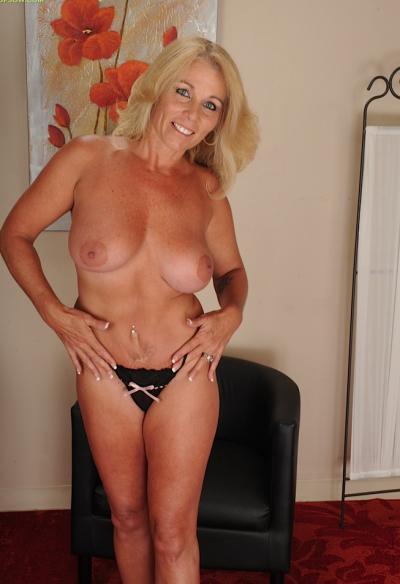 Зрелая блондинка с висячими большими сиськами 4 фото