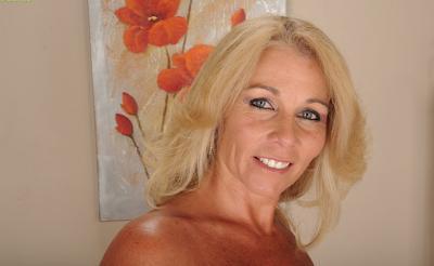 Зрелая блондинка с висячими большими сиськами 7 фото