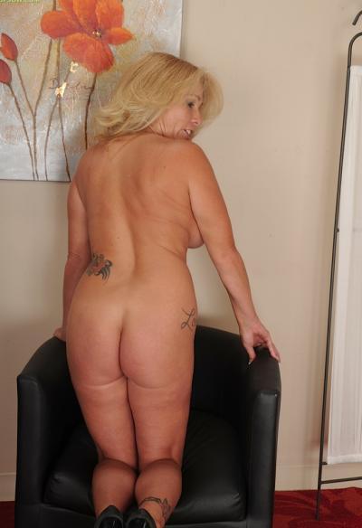 Зрелая блондинка с висячими большими сиськами 8 фото