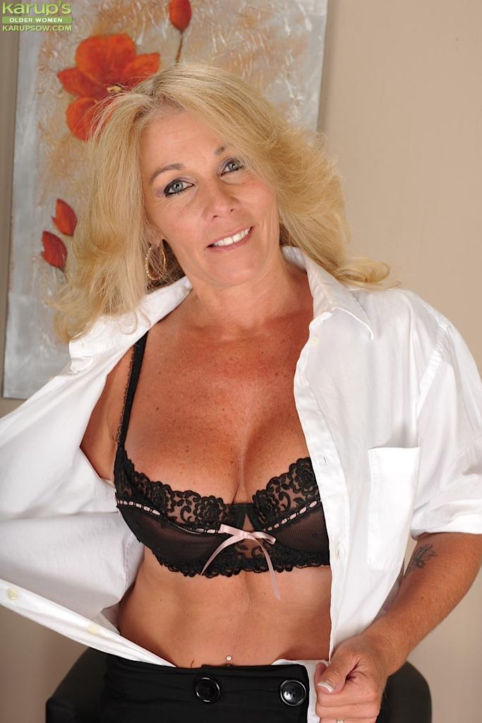 Голубоглазая блондинка с большими сиськами, скрытые камеры вуайеризм в женском туалете смотреть онлайн