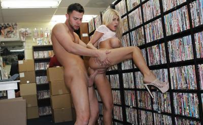 Порно в магазине 2 фото