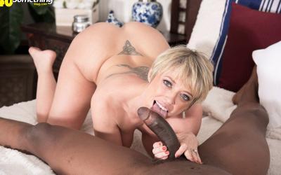 Накаченный негр трахает зрелую блондинку 12 фото