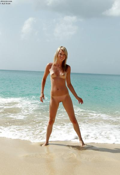 Голая девушка на пляже 4 фото