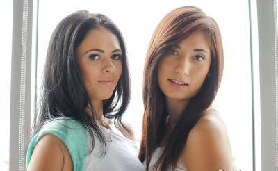 Две голые молоденькие лесбиянки 2 фото