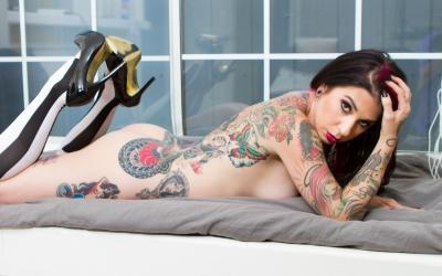 Татуированная брюнетка позирует на камеру 11 фото