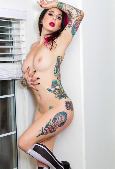 Татуированная брюнетка позирует на камеру 12 фото