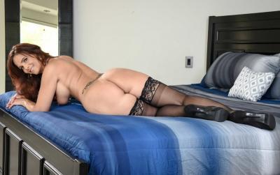Очень сексуальная зрелая женщина в чулках 17 фото