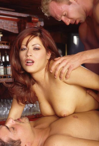 Босс с барменом трахнули рыжую сучку 12 фото