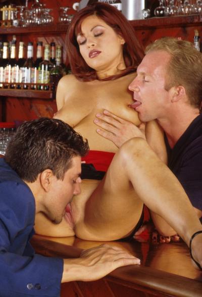 Босс с барменом трахнули рыжую сучку 2 фото