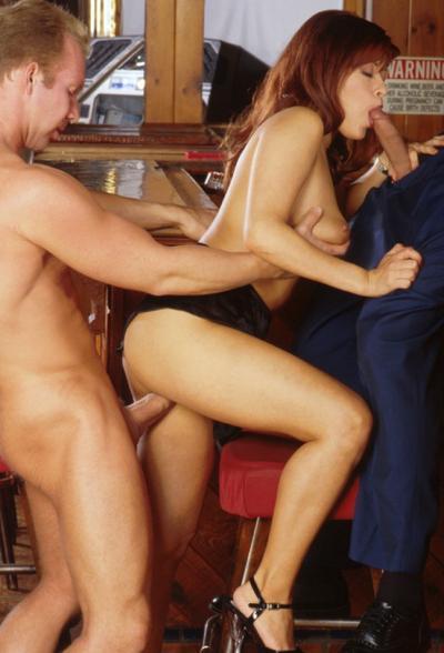 Босс с барменом трахнули рыжую сучку 8 фото