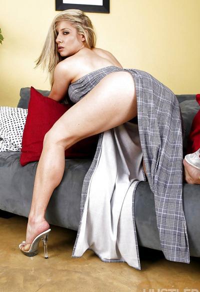 Блондинка ковыряется в носу 2 фото