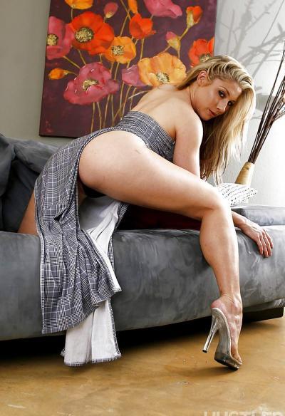 Блондинка ковыряется в носу 4 фото