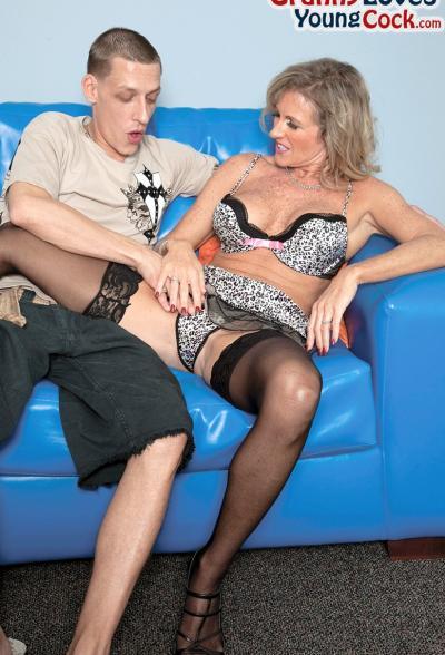 Пожилая женщина занимается сексом с молодым самцом 1 фото