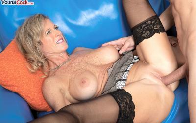 Пожилая женщина занимается сексом с молодым самцом 12 фото