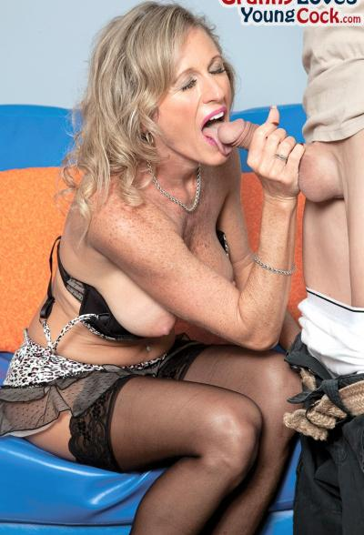 Пожилая женщина занимается сексом с молодым самцом 4 фото