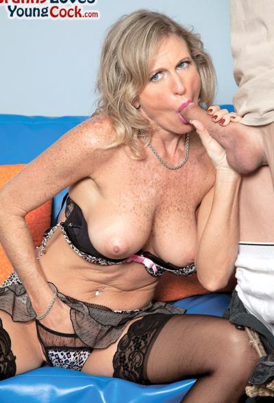 Пожилая женщина занимается сексом с молодым самцом 5 фото