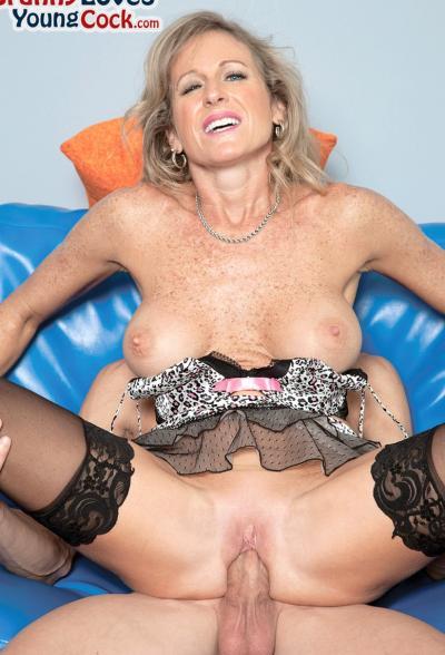 Пожилая женщина занимается сексом с молодым самцом 8 фото