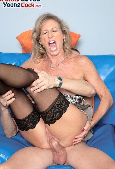 Пожилая женщина занимается сексом с молодым самцом 9 фото