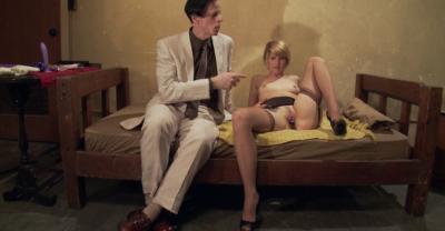Девушка тестирует секс игрушки 4 фото