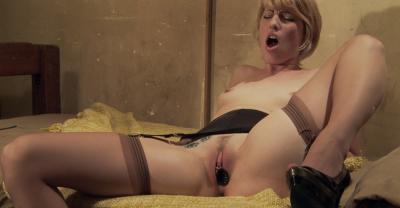 Девушка тестирует секс игрушки 9 фото
