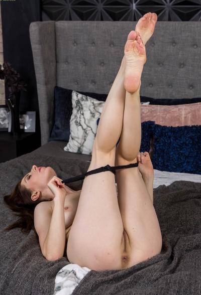 Зрелая дама разделась и мастурбирует 10 фото