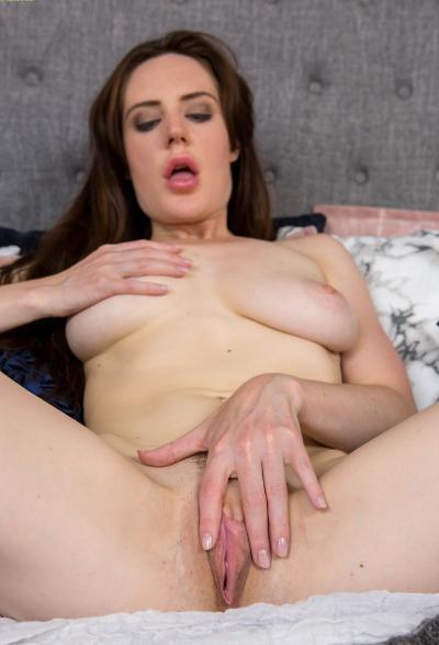 Зрелая дама разделась и мастурбирует 15 фото
