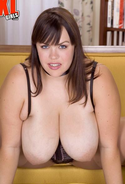 Толстая брюнетка с огромными формами 3 фото