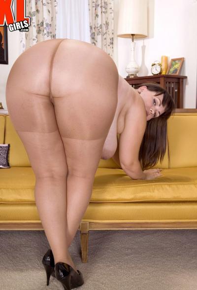 Толстая брюнетка с огромными формами 8 фото
