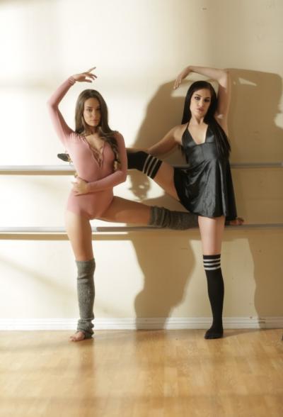 Две балерины решились на лесбийский секс 4 фото