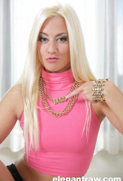 Блондинка заглатывает черный член 10 фото
