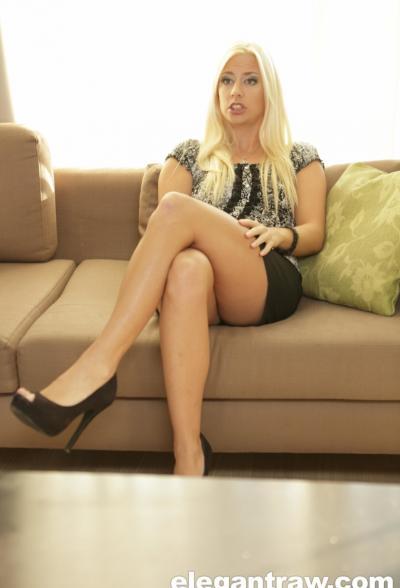 Блондинка заглатывает черный член 11 фото