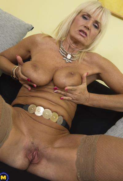 Старая блондинка мастубирует пальцем и самотыком 10 фото